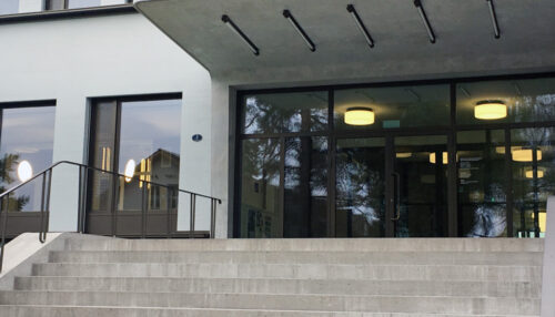 Schulhaus-Huenenberg-8022